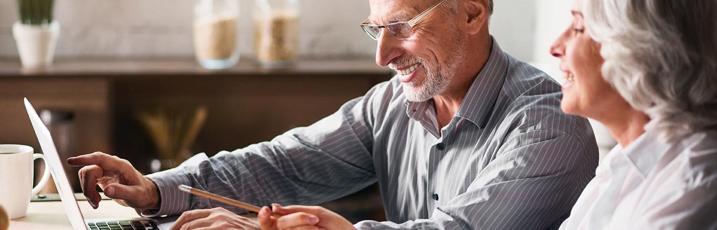 Älterse Paar am Laptop