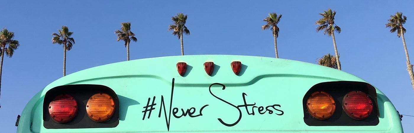 Grüner Bus mit der Aufschrift #NeverStress: Resilienz-Strategien für schwierige Zeiten.