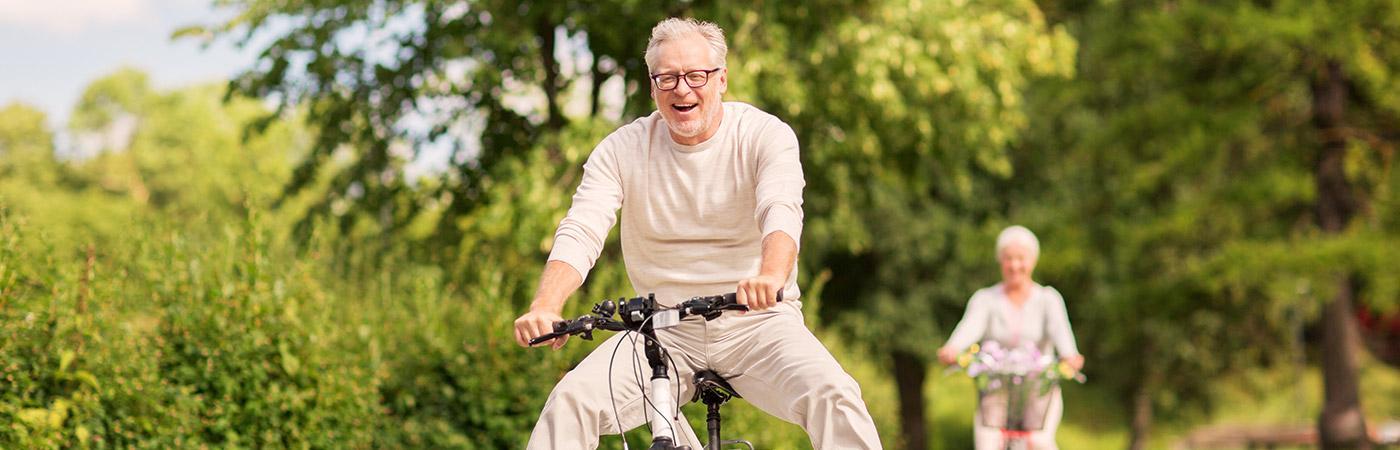 Paar beim Fahrrad fahren