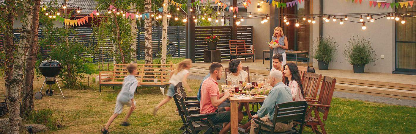 Freunde und Familie beim Essen / Grillen
