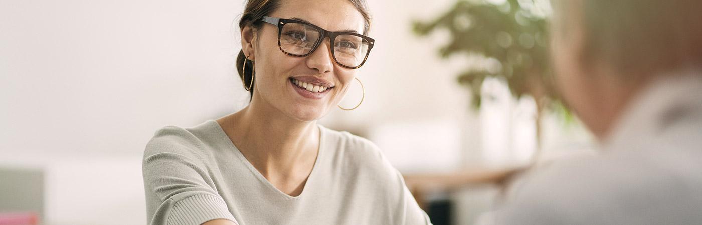 Lächelnde Frau mit Kunde