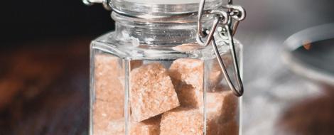Brauner Zucker in Einmachglas