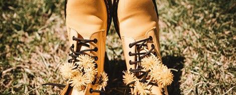Gelbe Stiefel mit Löwenzahn.