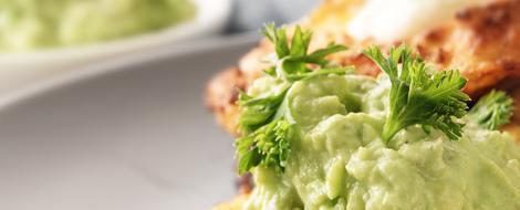 Teller mit kohlenhydratarmen Speisen und Petersiliengarnitur