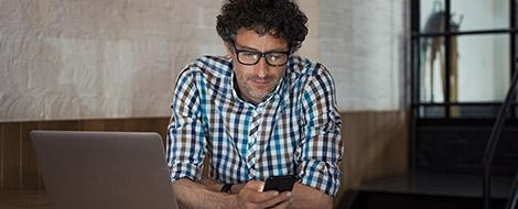 Mann bedient Smartphone