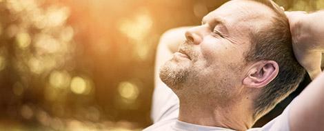 Mann genießt die Sonne