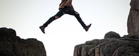 Person springt über eine Klippe: Der Wechsel zur Insulinpumpe bedeutet für viele Menschen mit Diabetes mehr Lebensqualität.
