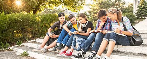 Gruppe Jugendlicher beim lernen