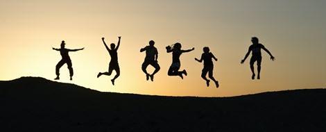 Der Alltag mit Diabetes – Menschen springen in die Luft.