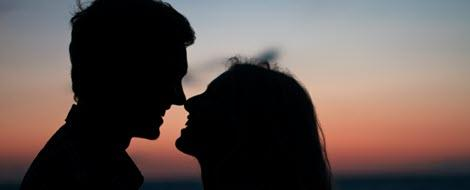 Teenager sind kurz davor, sich zu küssen: Diabetes und Sex muss für Jugendliche kein heikles Thema sein.