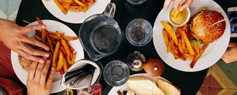 Fast Food auf einem Tisch: Macht Fett wirklich dick?