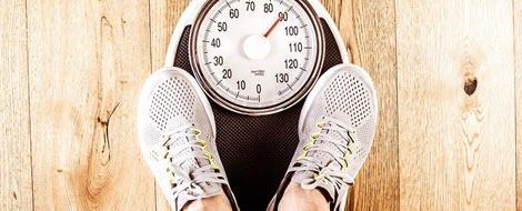 Eine Waage hilft bei Diabetes die Gewichtszunahme im Blick zu behalten.
