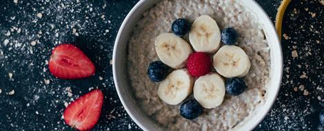 Porridge auf einem Tisch: Das Getreide ist gut geeignet für die Diabetes-Ernährung.