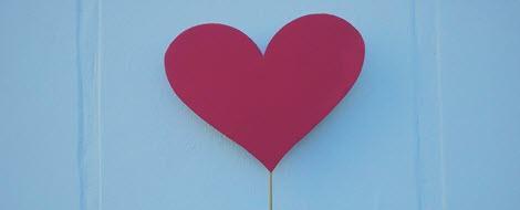 Ein Herz aus Papier am Stiel: Bei Diabetes ist Vorsorge wichtig, um das Herz zu schützen.