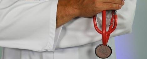 Arzt im Patientengespräch: Regelmäßige Untersuchungen helfen, um Folgeerkrankungen des Diabetes vorzubeugen.