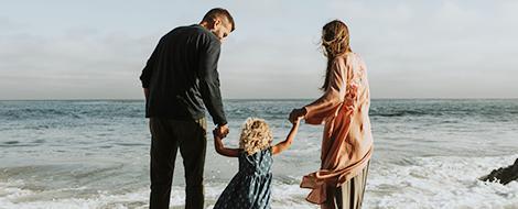 Eltern mit Kind am Strand
